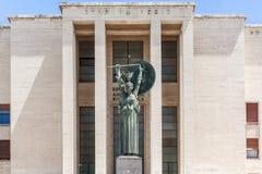 智慧女神雕象在Sapienza大学,罗马 免版税图库摄影