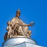智慧女神雕象艺术的学院的圆顶的在St的 免版税图库摄影