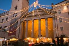 智慧女神` s寺庙看法在有圣诞节市场的阿西西 库存照片
