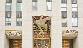 智慧,在30洛克菲勒广场入口的一个艺术装饰片断在纽约 免版税图库摄影