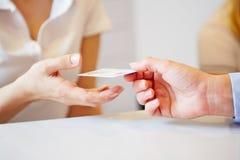 给智能卡的手辅助的医生 免版税图库摄影