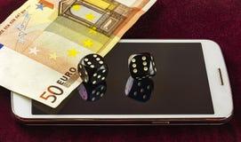 智能手机、模子啤牌和一部分的五十张欧洲钞票 免版税图库摄影