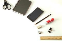 智能手机、笔记薄、铅笔和其他办公用品 免版税库存照片