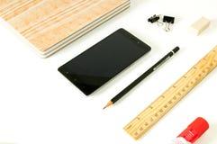 智能手机、笔记薄和其他办公用品 免版税库存图片