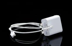 智能手机和它的反射的白色USB缆绳 库存照片