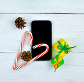 智能手机和庆祝的闪亮金属片在木背景 名列前茅vi 库存图片