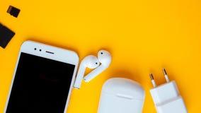 智能手机和无线耳机 充电和导线包括 免版税库存图片