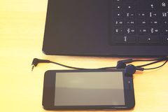 智能手机和耳机 库存图片