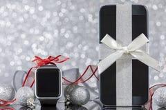 智能手机和smartwatch圣诞节的 免版税库存图片