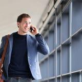智能手机商人谈话在巧妙的电话 库存照片