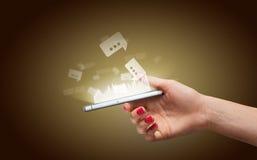智能手机在有有趣的图表的一只手上 免版税库存图片