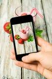 智能手机射击食物照片 免版税库存照片