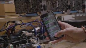 智能手机屏幕cryptocurrency技术概念的技术员男性显示的数字cryptocurrency过程节目- 影视素材