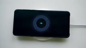 智能手机得到投入在无线充电器上 股票视频