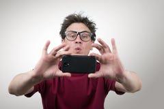 智能手机拍摄的玻璃的人 库存图片