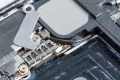 智能手机是用工具加工智能手机在白色背景站立的损伤和需要修理 库存图片