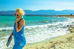 智能手机海滩妇女 库存图片