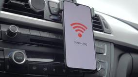 智能手机连接到在汽车的wifi 股票视频