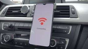 智能手机连接到在汽车的wifi 影视素材