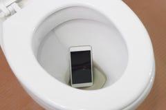 智能手机滴下了入洗手间 免版税图库摄影