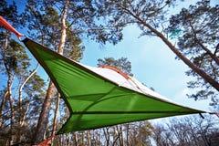 暂停在树在空气帐篷在竞选 免版税库存图片
