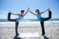 暂挂女子瑜伽的蓝色现有量 库存照片