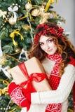 暂挂当前俏丽的圣诞节女孩 库存图片