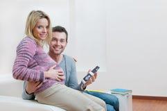 暂挂怀孕的扫描微笑的超声波的夫妇 免版税图库摄影