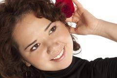 暂挂红色的美丽的女孩起来了 免版税库存照片
