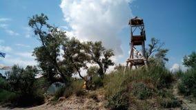 暂时帐篷阵营和一个塔跳跃的与paraglide,黑海岸,克里米亚 免版税库存图片