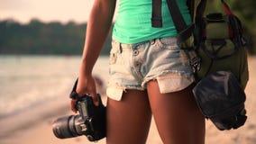暑假、旅行和生活方式概念:有照相机的无忧无虑的妇女享受在热带海滩的日落 股票录像