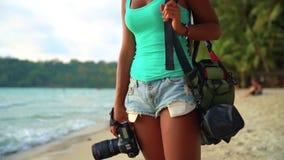 暑假、旅行和生活方式概念:有照相机的无忧无虑的妇女享受在热带海滩的日落 股票视频