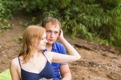 暑假、爱、浪漫史和人概念-拥抱愉快的微笑的年轻的夫妇户外 库存照片