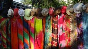 暑假五颜六色的帽子和pareos 免版税库存照片