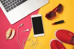 暑假假日概念的网上售票 智能手机、便携式计算机和海滩项目 在视图之上 免版税库存照片