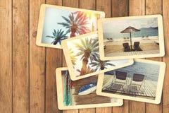 暑假假期与减速火箭的偏正片立即照片的象册在木桌上 免版税库存照片