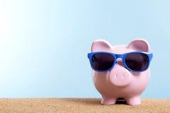 暑假储款概念,旅行金钱计划,存钱罐海滩假期,拷贝空间 图库摄影