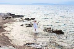 暑假向海,走在海滩的妇女 免版税库存图片