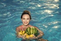 暑假和旅行向海洋 节食和健康有机食品,素食主义者 性感的妇女用热带水果 库存照片