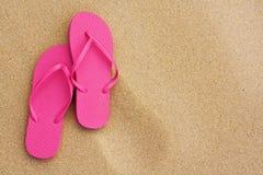 暑假在海滩的背景凉鞋 库存照片