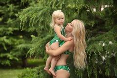 暑假家庭神色,白肤金发的女孩父母身分画象 B 库存图片