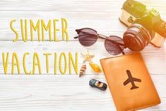 暑假文本、旅行和旅行癖概念,你好summe 免版税库存图片