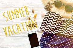 暑假文本概念舱内甲板位置 五颜六色的时髦的泳装 免版税库存照片