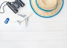 暑假旅行反对在白色桌上的概念 免版税库存图片