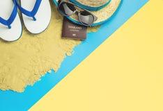 暑假旅行设备和时尚在蓝色桃红色黄色 库存图片