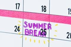 暑假日历提示特写镜头 免版税库存照片
