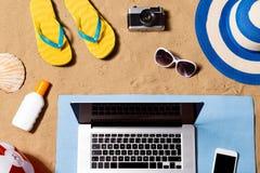暑假构成 凉鞋、帽子、膝上型计算机和智能手机 免版税图库摄影
