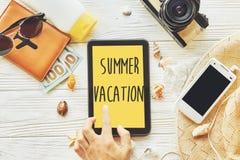 暑假概念在黄色片剂屏幕上的文本标志有h的 免版税库存图片