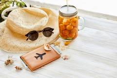 暑假概念 黄色鸡尾酒汁液用杏子,帽子 免版税库存照片