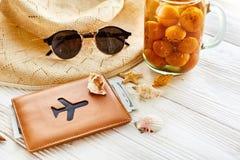暑假概念 黄色鸡尾酒汁液用杏子,帽子 免版税库存图片